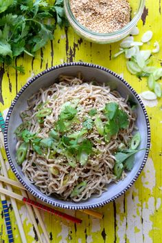 asiatisk nudelsalat med sesamfrø og soyadressing Appetizer Recipes, Appetizers, Samosas, Tapas, Spicy, Cabbage, Spaghetti, Snacks, Vegetables