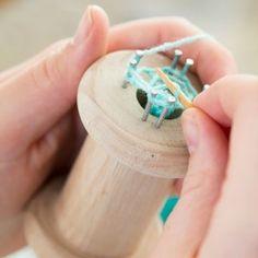 Landleven zelfmaakplan. Maak een punnikklos en punnik een armband, een penhoes en een hartje.
