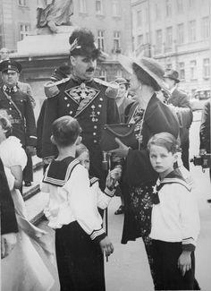 Maximilian Herzog von Hohenberg (1936) Gelegenheitsaufnahme in Uniform als Ehren-Bailli des Malteser-Ritterordens, zusammen mit seiner Gattin Elisabeth Gräfin von Waldburg und drei Söhnen (vermutlich die ältesten).