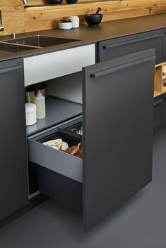 Beautiful black matt kitchen from Leicht, available at the Leicht Kitchen Design Centre. Kitchen Sets, Home Decor Kitchen, New Kitchen, Kitchen Storage, Kitchen Lamps, Rustic Kitchen, Kitchen Ranges, Kitchen Organization, Kitchen Industrial