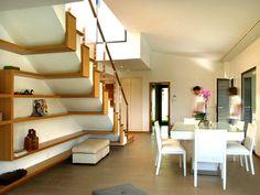 Стильные деревянные полки под лестницей.