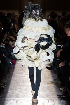 Comme des Garçons Fall 2015 Ready-to-Wear Collection - Vogue Weird Fashion, Unique Fashion, Structured Fashion, Conceptual Fashion, Geometric Fashion, Prep Style, Comme Des Garcons, Feminine Style, Feminine Fashion
