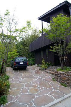 外観: Sデザイン設計一級建築士事務所が手掛けた木造住宅です。 Stone Garden Paths, Sunken Garden, Entrance Design, Garden Landscape Design, Villa Design, Building A New Home, Decks And Porches, Outdoor Living, Outdoor Decor
