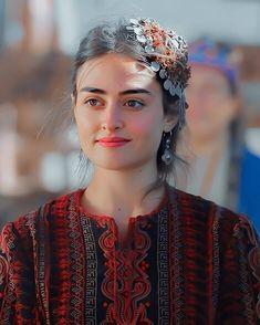 Famous Warriors, Turkish Women Beautiful, Esra Bilgic, Muslim Beauty, Couple Photography Poses, Cute Girl Face, Beauty Full Girl, Beautiful Horses, Mehndi Designs