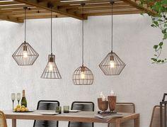 Un genere minimal, essenziale, vintage. Lampadario, con paralume a forma di cono in metallo a rete, che permette alla luce di espandersi su tutta la stanza, illuminando magnificamente.