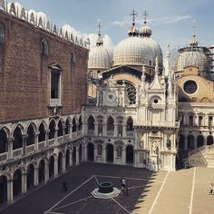 """A higher view of the courtyard at the Doge's Palace, Venice, Italy #italy #history #italy🇮🇹 @lonelyplanet #traveller #travelphotography #traveler #traveling #travelgram #travelblogger #travelblog #traveltheworld #travels #photography #photographer #seetheworld #travelblog #iamtb @travelbloggeres #mytravelgram #lonelyplanet #lpfanphoto #photographylovers #traveldiary #travelphoto #venice #travelling #palace #palazzo #castle #photooftheday #architecture #History"" by @thestoryofangelina…"