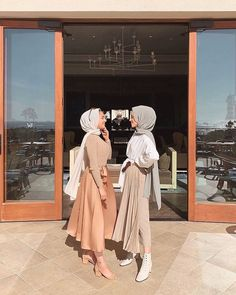 """T H E G R I D on Instagram: """"👭 @umknafeh finally took another photo togethe... - #Finally #hijab #instagram #Photo #togethe #umknafeh Modest Fashion Hijab, Modern Hijab Fashion, Street Hijab Fashion, Casual Hijab Outfit, Hijab Fashion Inspiration, Hijab Dress, Muslim Fashion, Fashion Outfits, Modest Outfits Muslim"""