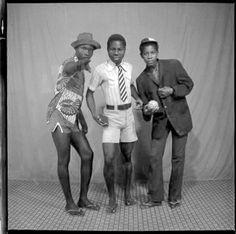 Clic Clac Baby, né en 1932 en Côte d'Ivoire est un photographe spécialiste des photos de studio et des photos documentaires depuis 1954. Comme les très célèbres photographes Malik Sidibé et Seydou Keïta au Mali, il développe très tôt son propre style. Clic Clac Baby ne s'est jamais vu comme un artiste. Seulement aujourd'hui, dans la totalité de ses œuvres, ses photos, à côté de la valeur documentaire incontestable, ont aussi une valeur artistique. Issus d'un fond de négatifs noir et ...