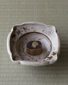 竹皮が風趣を添えています。はずして盛るのは野暮でしょう。 菓=竹裡/亀末廣(京都) 器=志野足付四方向付 桃山時代    http://www.shinchosha.co.jp/tonbo/blog/kimura/2012/11/