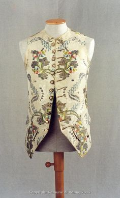Gilet maschile da cerimonia, 1760 circa, damasco di seta color avorio, broccato con sete policrome e filo metallico