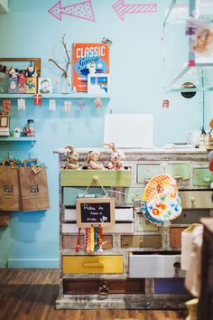 El mostrador de nuestra tienda infantil Babillage en la C. Verdi 8, es un precioso mueble cajonera pintado en tonos pastel. Y los cajones abiertos funcionan como expositores I Tienda de decoración y moda infantil I interiorismo infantil, decoración infantil, kids interior, fashion kids