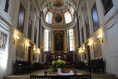 Zum Altar der Kirche