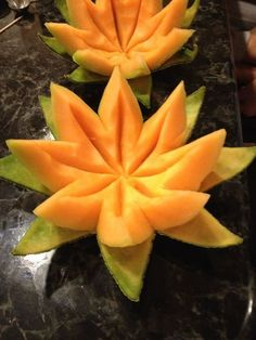 Carving fruits and vegetables - 93 ideas and instructions- Obst und Gemüse schnitzen – 93 Ideen und Anleitungen Carve lotus flowers from sugar melon - L'art Du Fruit, Deco Fruit, Fruit Art, Fruit Salad, Fruit Trays, Fresh Fruit, Fruit Snacks, Veggie Art, Fruit Carvings