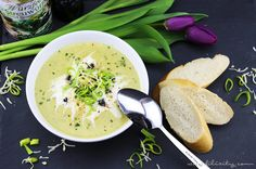 Einfaches Rezept für sämige Kartoffel-Lauch-Suppe mit Käse. Schnell zubereitet, wärmend und sättigend das perfekte Gericht für Herbst und Winter.