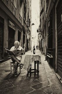 "the inspiration - italia, sweet alleyway titled ""retirement"" Black N White, Black White Photos, Black And White Photography, Great Photos, Old Photos, Journal Photo, People Reading, Italian People, Italian Man"