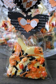 PaperVine: Batty Treat Bags w/ Halloween Bark Halloween Bark, Halloween Queen, Halloween Party Favors, Halloween Treat Bags, Cute Halloween, Holidays Halloween, Halloween Decorations, Haunted Halloween, Halloween Foods