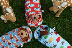 sleeping bags for stuffed animals, by Apple Cyder. (I will have to make approximately 648 sleeping bags to accommodate all the stuffed animals my daughter has. Sewing For Kids, Baby Sewing, Diy For Kids, Free Sewing, Sewing Tutorials, Sewing Crafts, Sewing Projects, Pet Toys, Kids Toys