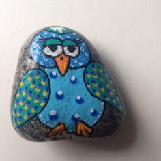 En lille ugle mere til en serie af fortællersten... #hygge #afslapning #malersten #maledesten #sten #stone #stoneart #paintedstones #loveit #levendehistorie