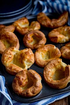 How to make the perfect Yorkshire puddings to go with your Sunday roast! What type of flour? Should the batter be refrigerated? Can you make ahead? All questions answered Yorkshire Pudding Tips, How To Make Yorkshire Pudding, Yorkshire Pudding Batter, Yorkshire Pudding Quiche, Homemade Yorkshire Pudding, Roast Recipes, Cooking Recipes, Cooking Ideas, Food Ideas