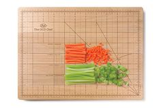 De OCD Chef Snijplank van Fred and Friends bestel je bij Cadeau. Wood Cutting Boards, Bamboo Cutting Board, Chopping Boards, Kitchen Utensils, Kitchen Tools, Kitchen Stuff, Kitchen Dining, Kitchen Items, Chef Kitchen