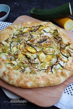 Zucchini-Lauch-Tarte - ein rustikaler Genuss - Ninamanie Zucchini Tart, Vegetable Pizza, Healthy Recipes, Healthy Food, Clean Eating, Food And Drink, Yummy Food, Snacks, Pie