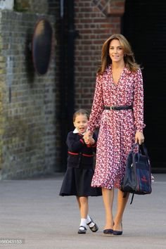 Kate Middleton's School Drop-Off Dress Proves That Summer Isn't Over Just Yet - - Kate Middleton looked bright and breezy wearing a Michael Kors shirtdress, as she dropped Princess Charlotte at her first day of school. See the photos. Kate Middleton Outfits, Kate Middleton Ring, Looks Kate Middleton, Estilo Kate Middleton, Kate Middleton Jeans, Kate Fashion, Royal Fashion, Look Fashion, Duchess Kate