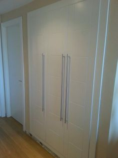 Modelo COURBET lacado blanco con tirador largo de acero inoxidable. Divider, Interiors, Bedroom, Furniture, Ideas, Home Decor, Environment, Living Room, Decoration Home