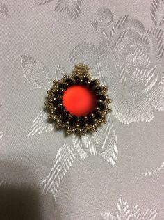 ciondolo cabochon          rosso oro e nero  perle di boemia