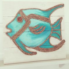 Tropical fish made from wood and rope by M Street Artwork (available on Etsy) Rope Crafts, Pallet Crafts, Pallet Art, Beach Crafts, Shell Crafts, Seaside Decor, Coastal Decor, Diy Painting, Painting On Wood