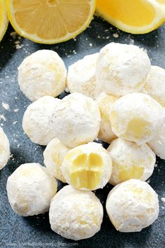 Chocolate Lemon Truffles These creamy White Chocolate Lemon Truffles will become a new holiday favorite! Perfect for gift giving or including on a cookie tray.These creamy White Chocolate Lemon Truffles will become a new holiday favorite! Perfect for gift Lemon Recipes, Sweet Recipes, Recipe For Lemon Curd, Lemon Candy Recipe, Lemon Curd Dessert, Lentil Recipes, Spinach Recipes, Rib Recipes, Fudge Recipes