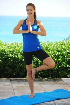 Denise Richards does yoga on holiday     #fitcelebrities #celebrityworkout  #exercise