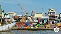 Onze boot gaat verder en koerst door smalle waterwegen, langs houten huisjes en mensen die hun kleren wassen in de rivier, richting de floating markets van Cai Rang en Phoung Dien. Deze floating markets (bij Can Tho) vond ik een stuk leuker en minder toeristisch dan die bij Vinh Long. Je vaart tussen de fruitboten door en kunt wat er verkocht wordt herkennen aan de fruitsoort die aan de paal boven de boot is gespiesd. #reizen #vietnam