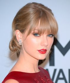 CMA Awards 2013 Beauty: Who Had the Best Hair and Makeup of the Night? Stunning lady in red with her clear and glowing skin, Taylor Swift Taylor Swift Hot, Style Taylor Swift, Red Taylor, Taylor Swift Red Lipstick, Taylor Swift Bangs, Taylor Swift Makeup, Live Taylor, Up Dos For Medium Hair, Medium Hair Styles