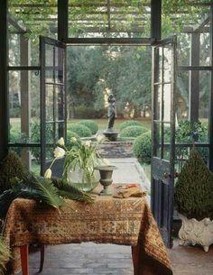 interieur met perzisch kleed en bloempotten