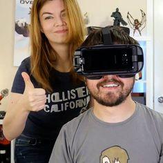 O Leon e a Nilce do Coisa de Nerd testaram o novo óculos de realidade virtual, Samsung Gear VR com controle, e fizeram um vídeo contando o que acharam. Assista e saiba como ganhar o seu na pré-venda do #GalaxyS8: http://spr.ly/61808gJNw #UnboxYourPhone #SemBarreirasSemLimites #PraCegoVer: O casal Leon e Nilce do canal Coisa de Nerd está em frente à câmera dentro do quarto deles. Ela está de pé fazendo sinal de aprovação com as mãos, enquanto ele está sentado e usa o novo Galaxy Gear VR.