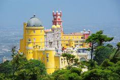 A 30 minutes de train de Lisbonne, se trouve Sintra, une ville du Portuga dotée de palais extraordinaires comme le palais national de Pena.