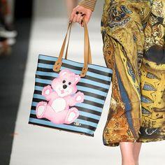 Pin for Later: Die coolsten It-Bags von Chanel, Moschino & Co. Knuddelbär Vivienne Westwood Red Label Herbst/Winter 2015