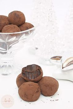 - I dont know what this is, but it looks sooo yum! - Receta de Trufas de Chocolate: fáciles y adictivas! Chocolate Bonbon, Chocolate Desserts, Chocolate Truffles, Delicious Desserts, Dessert Recipes, Yummy Food, Delicious Chocolate, Cakes And More, Love Food