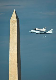 US space shuttle Discovery sitting atop NASA's 747 shuttle carrier aircraft flies over Washington monument in Washington, DC, on April 17, 2012 as it arrives from Kennedy Space Center in Florida to be displayed at the National Air and Space museum. AFP PHOTO/ MLADEN ANTONOV