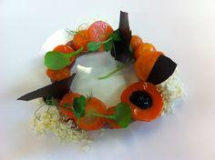 Tartaar van graankalf structuren van wortel krokant van gefermenteerde knoflook