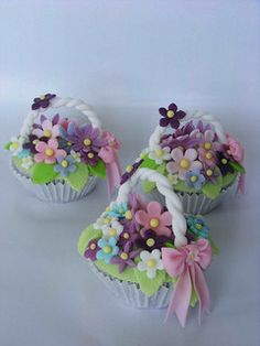 Flower basket cupcakes Oh!Flower basket cupcakes by bubolinkata, via Flick Fondant Cupcakes, Cookies Cupcake, Easter Cupcakes, Christmas Cupcakes, Spring Cupcakes, Pretty Cupcakes, Beautiful Cupcakes, Yummy Cupcakes, Mocha Cupcakes