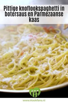 Recept: pittige knoflookspaghetti in royale botersaus en Parmezaanse kaas Spicy Recipes, Pizza Recipes, Italian Recipes, Garlic Spaghetti, Butter Sauce, Butter Cheese, Scampi, Pasta Dishes, Good Food