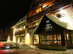 Hotel de Tredòs: Situat a la capçalera de la idíl·lica Vall d'Aran, a tocar de l'estació d'esquí de Baqueira-Beret, aquest hotel rural de parets de pedra i bigues de fusta conserva un aire rústic i confortable a l'hora.  Gaudiu de la llar de foc del saló a l'hivern i del jardí amb piscina a l'estiu.  El clima atlàntic d'alta muntanya fa de la Vall d'Aran una zona única enmig del Pirineu. Gaudiu de l'esquí i dels esports de neu a l'hivern, i d'un privilegiat entorn natural a l'estiu.