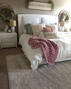 Rustic Bedroom Ideas - Browse rustic bedroom decorating ideas and also designs. Discover bedroom ideas as well as design ideas from a variety of hill style bed rooms, including shade, . Cama King, Cute Dorm Rooms, Farmhouse Bedroom Decor, Cozy Bedroom Decor, Bedroom Rustic, Wood Bedroom, My New Room, Dream Bedroom, Bedroom Bed
