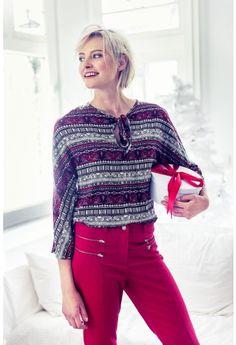 Deze blouse is een recht model, en sluit voor met een strikje.