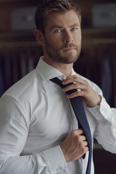 If you want hairstyles like Hemsworth then here we have collected a large number of hairstyles to choose from. There are various types of Chris Hemsworth haircuts available. Chris Hemsworth Thor, Chris Hemsworth Sem Camisa, Hemsworth Brothers, Herren Style, Trending Haircuts, Marvel Actors, Hot Actors, Mode Masculine, Hot Men