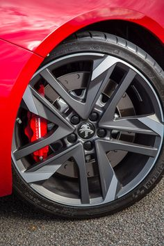 The exclusive new lightweight 19'' reverse rims with their open design showcase the front brake discs and their calipers.