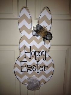 Chevron Bunny Door Hanger Suzanne - I would prefer a pretty pastel chevron, or bright spring green or yellow, anything other than beige. Burlap Projects, Burlap Crafts, Wreath Crafts, Spring Crafts, Holiday Crafts, Crafts To Make, Diy Crafts, Burlap Door Hangers, Hoppy Easter