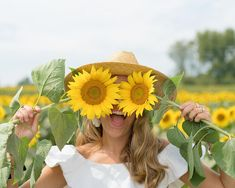 S everyday fashion: sunflower fields. Pictures With Sunflowers, Sunflower Field Pictures, Farm Pictures, Girl Senior Pictures, Senior Pics, Senior Year, Sunflower Patch, Sunflower Fields, Sunflower Field Photography