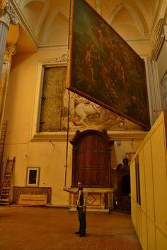"""NAPOLI, La tela """"semovente"""" e un grande affresco nascosto, Chiesa di San Giorgio Maggiore. Il visitatore più curioso dovrà infatti inoltrarsi nel coro e lì andrà incontro all'inaspettata sorpresa:  nell'ambiente alle spalle dell'altare maggiore sono visibili due enormi  tele di Alessio D'Elia raffiguranti, a destra, San Severo e, a sinistra,  San Giorgio. Proprio quest'ultimo dipinto - la cui superficie sfiora i  40 metri quadri - può essere spostato (su richiesta) grazi..."""